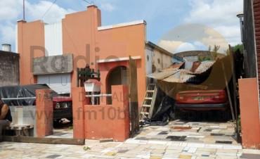 Este martes al mediodía: Un techo se desmoronó y cayó arriba de un automóvil