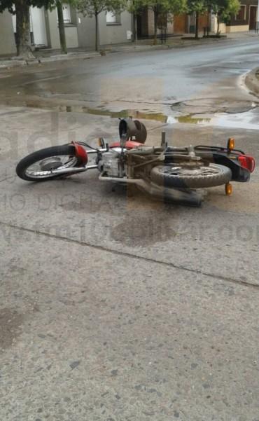 Accidente en Pringles y Mitre: Una joven perdió el control de la moto y cayó al pavimento mojado