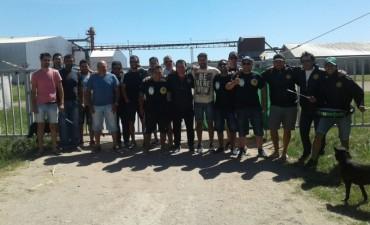 Los trabajadores de la aceitera permanecen dentro en la fábrica