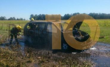 Se incendió un automóvil en un campo
