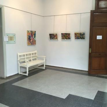 Se exponen obras de mujeres bolivarenses en el hall central del CRUB
