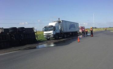 Vuelco de camión y derrame de combustible en la rotonda 'La Olla'