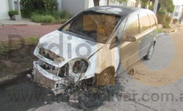 Se incendió un auto en la madrugada de este lunes