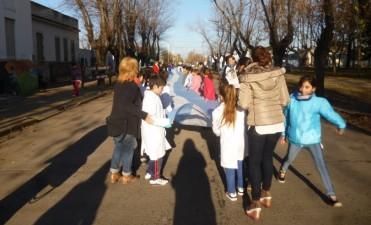 Se desarrolló el acto del Día de la Bandera en la Escuela Nº7 con una bandera gigante