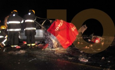 FATAL ACCIDENTE: Una mujer perdió la vida tras un choque frontal auto y camión