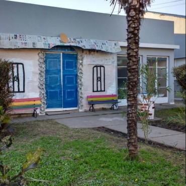 Maravilloso Proyecto Escuela Nº501: Hicieron en el frente de la institución la réplica de la histórica Casita de Tucumán
