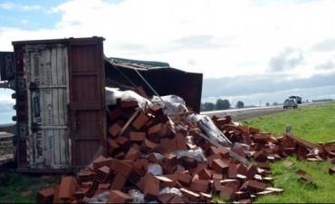 Un camión volcó el acoplado en la Ruta 226