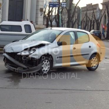 Impacto entre una pick up Peugeot 504 y un Peugeot 206