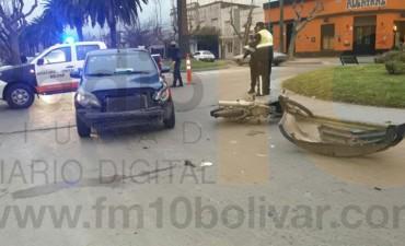 Impacto entre auto y moto en avenidas Brown y Venezuela