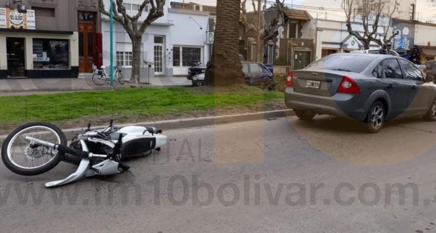 Colisión en Avenida Lavalle: Un motociclista fue trasladado al hospital