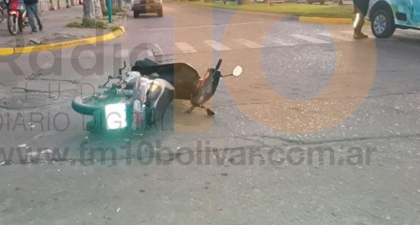 Impacto en Av. Brown y Falucho: Una motociclista fue hospitalizada