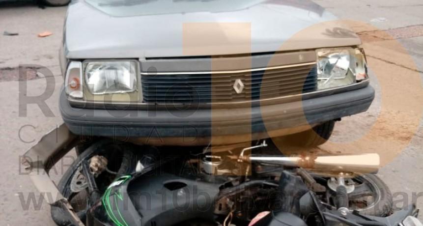 Violento impacto en Avenida Brown y calle Leiria: una motocicleta y un automóvil se vieron involucrados