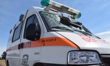 Trasladaba a una paciente en ambulancia y volcó: dos heridos