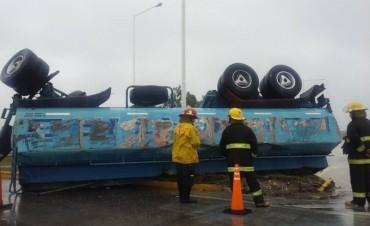 Pehuajó: Un camión volcó en la primera rotonda
