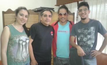 Este viernes: El grupo musical que participará de la peña 'Noche Santiagueña' visitó FM10
