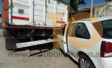 Un automóvil terminó debajo de un camión