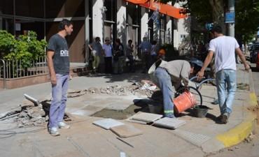 El Municipio reparó la vereda del Banco de Galicia