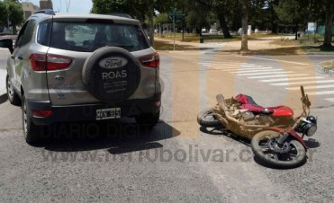 Impacto entre un motociclista y la conductora de un vehículo, en el centro de la ciudad
