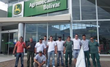 Empleados de la sección taller de la firma Agromecánica Bolívar, conjuntamente con el sindicato SMATA formalizaron un reclamo en la puerta de la empresa