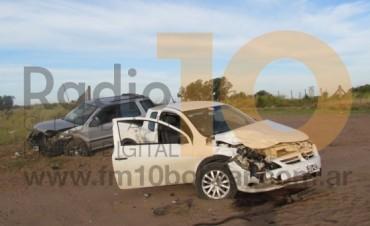 Dos vehículos impactaron en un cruce de caminos rurales