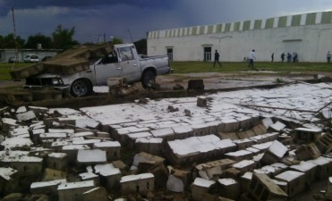 Temporal en Olavarría: un paredón cayó sobre una camioneta