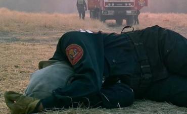 La lucha contra el fuego: La foto de la bombero agotada que se hizo viral