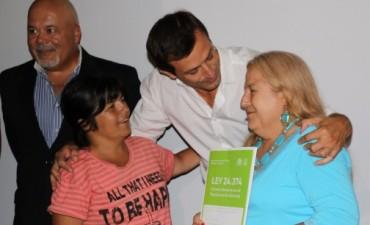 El intendente Bucca entregó 37 escrituras a vecinos de Bolívar
