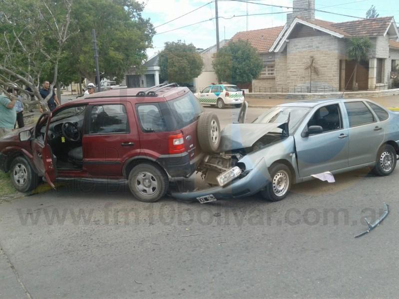 Accidente en Av San Martín y Azcuénaga: Violento impacto entre un Volkswagen Polo y una EcoSport