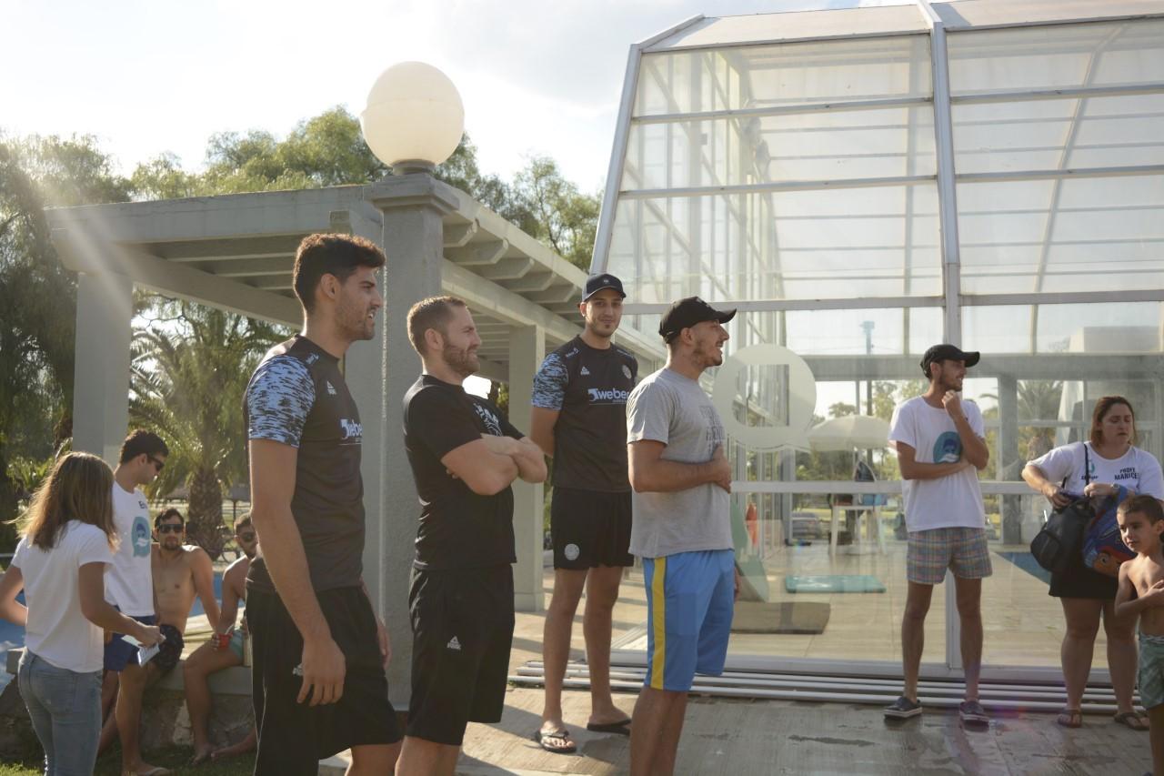 Jugadores de Personal Bolívar visitaron la colonia del Natatorio Municipal