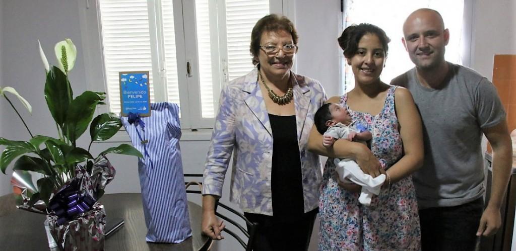 La intendenta interina Ana Natiello visitó al primer bebe del año