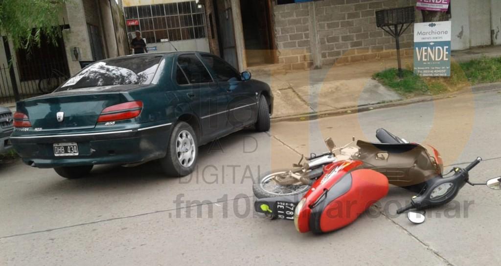 Impacto entre moto y automóvil en Calle Sáenz Peña: Una motociclista fue llevaba al hospital para corroborar su estado de salud