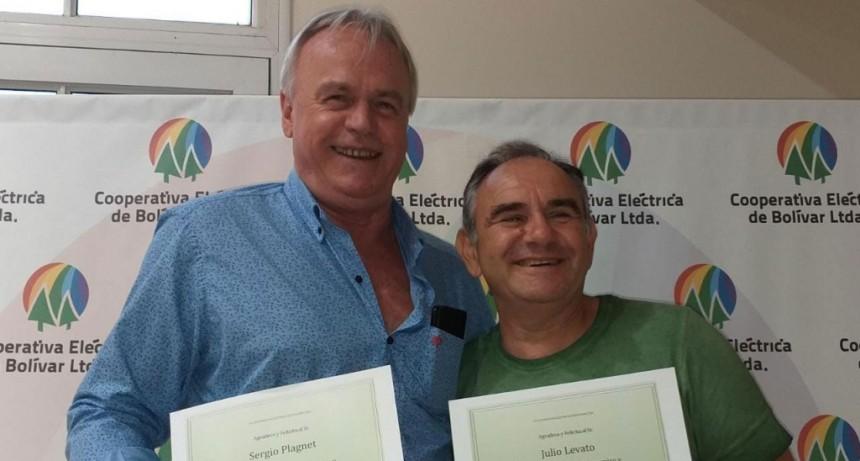 Sergio Plagnet y Julio Levato se jubilaron como empleados de la Cooperativa Eléctrica después de mas de 30 años de servicio