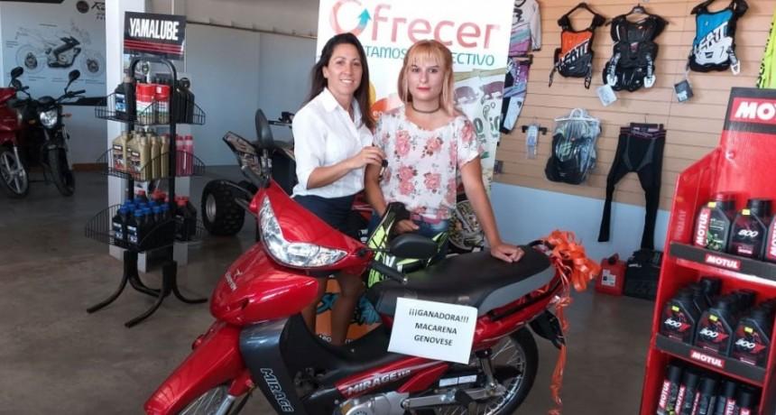 Ofrecer hizo entrega de la motocicleta que entregaba como premio en el sorteo de fin de año