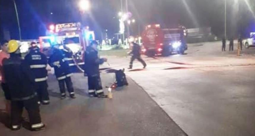 Saladillo: Un roce entre dos camiones produjo un derrame de combustible en estación de servicio de ruta 205