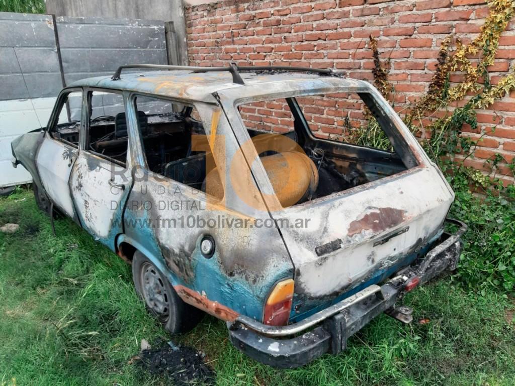 Bomberos asistieron al incendio de un vehículo