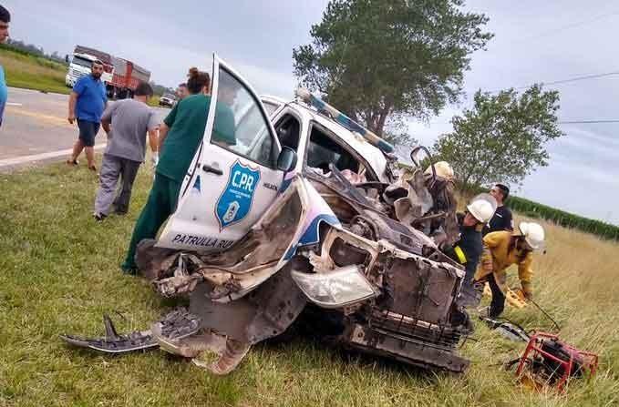 En la costa: Chocaron dos camiones, un patrullero no pudo esquivarlos y murió un policía