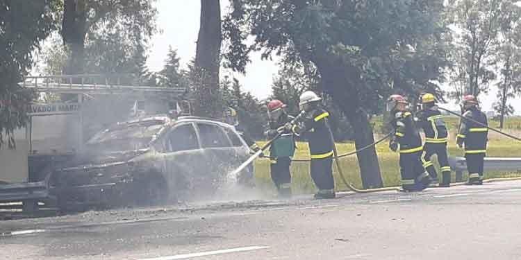 Roque Pérez; Se incendió un vehículo en Ruta 205 km 123: Un bombero resulto herido