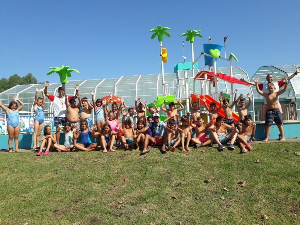 La colonia del Club Estudiantes disfrutó del Parque Acuático Municipal