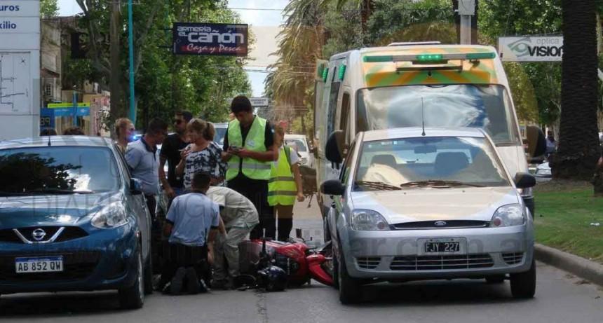 Una motociclista hospitalizada por precaución tras un impacto