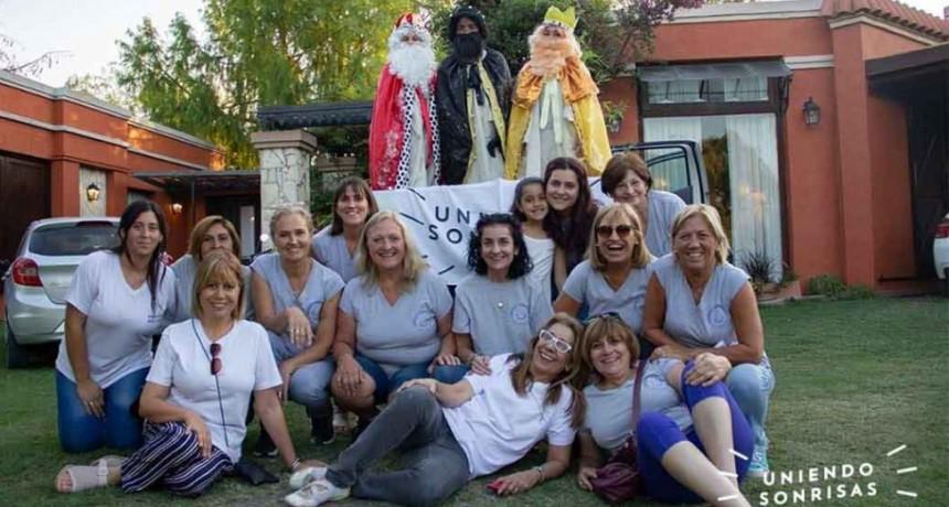 Los Reyes Magos de Uniendo Sonrisas sorprendieron a niños de los barrios de nuestra ciudad