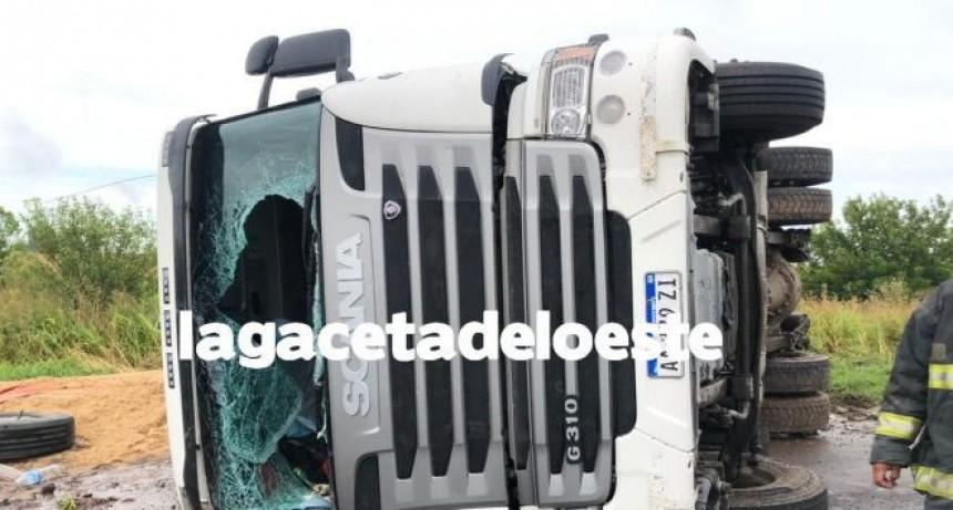 Chivilcoy: Volcó un camión cargado de arena sobre Ruta provincial 51