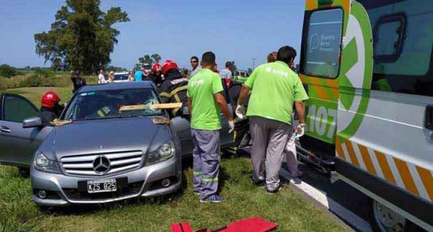 Ruta 5: Se desprendió una madera de un camión e impactó contra un vehículo; una mujer está en grave estado