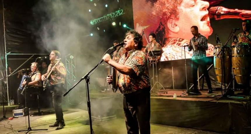 Los Palmeras iluminaron la noche de Cochicó y deslumbraron al público con todos sus éxitos