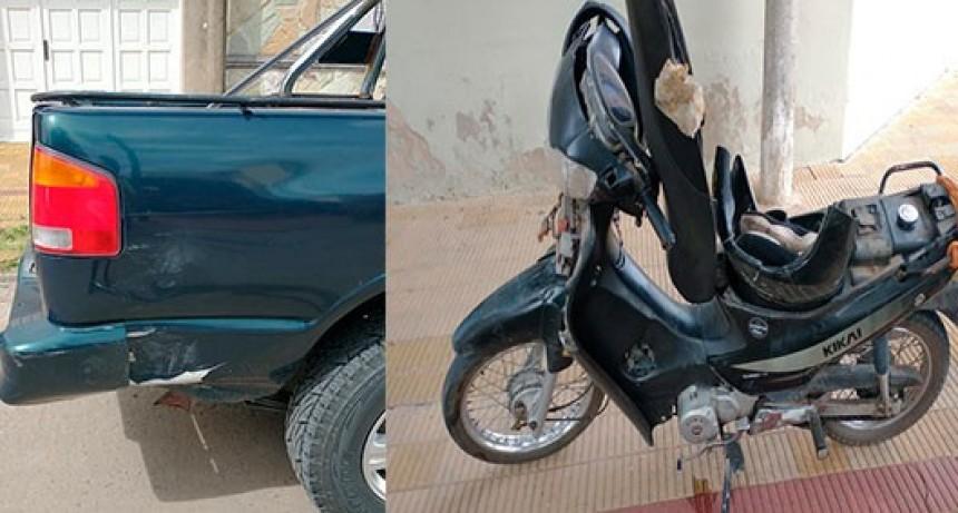 Dos motociclistas impactaron contra una camioneta