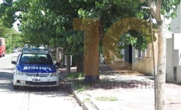 Un joven fue sorprendido en el patio de una vivienda y golpeó a su propietaria