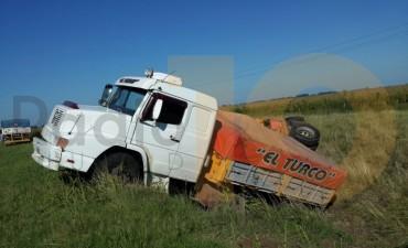 Despiste y vuelco de un camión en Ruta Provincial 65