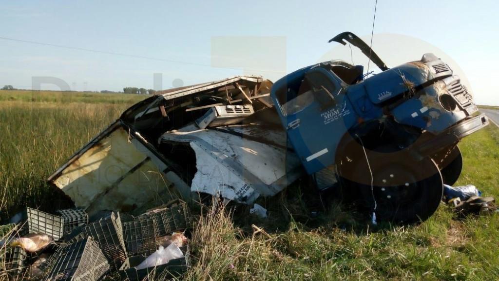 Accidente Ruta 65: Volcó un camión térmico con pollo congelado