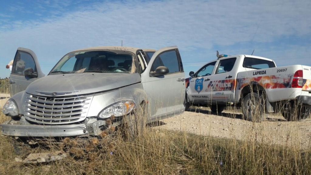 Patrulla encontró un auto abandonado en un camino rural