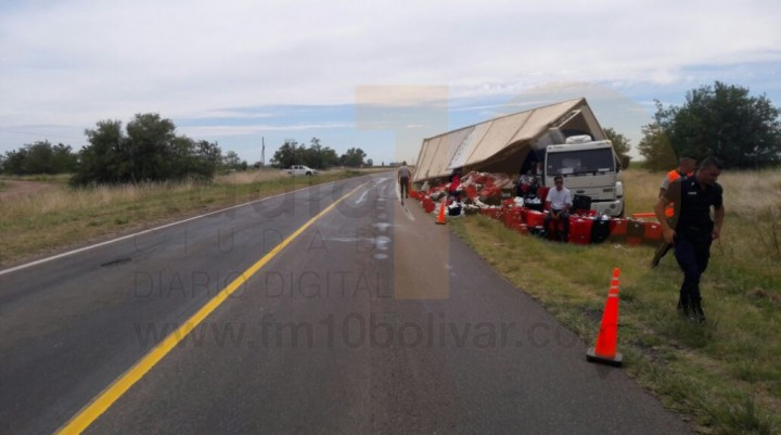 Volcó un camión que transportaba productos de 'La Suipachense'