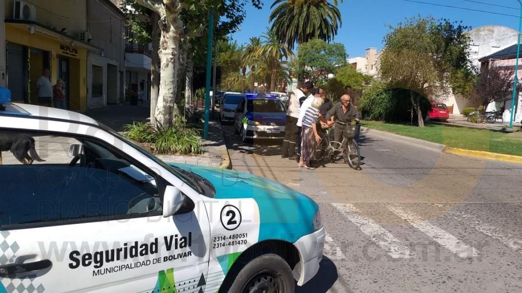Un ciclista mayor de edad cayo de su bicicleta en la vía publica